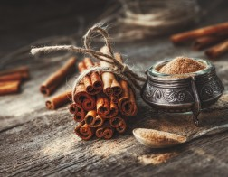 Ground,Cinnamon,,Cinnamon,Sticks,,Tied,With,Jute,Rope,On,Old