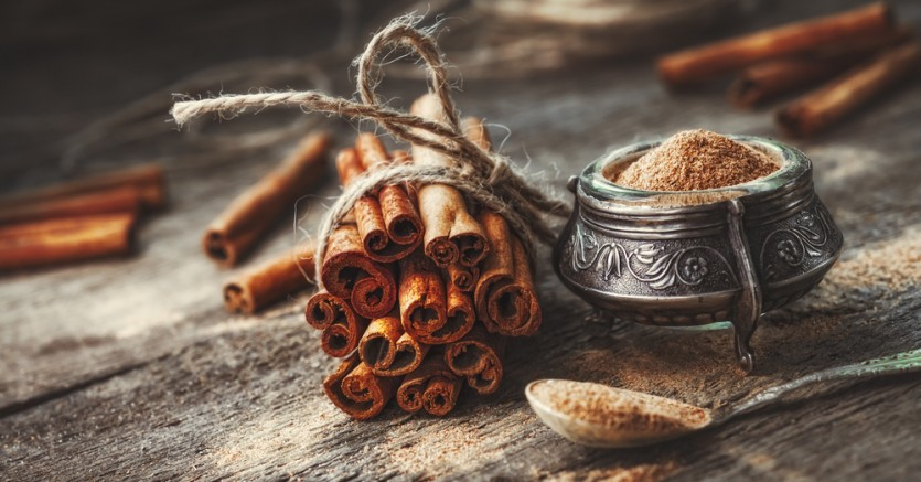 Ground,Cinnamon,,Cinnamon,Sticks,,Tied,With,Jute,Rope,On,Old